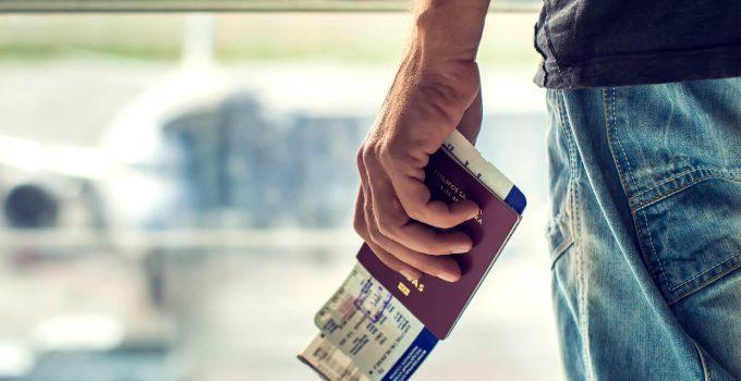 Verhuizen naar het buitenland man met paspoort